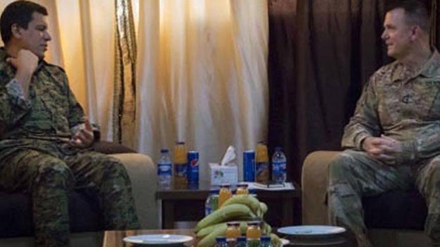ABD'li general, YPG'li terörist ile bir arada!
