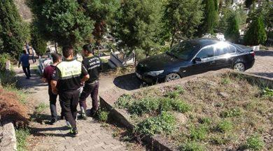 2'si kadın 4 kişi! Aranıyor… Karabük'te polis ekipleri, hırsızlık ihbarıyla geldiği evden kaçan 4 şüphelinin peşine düştü. Yaşanan kovalamaca da şüphelilerin içinde bulunduğu otomobil, mezarlıkta terk edilmiş olarak bulundu.