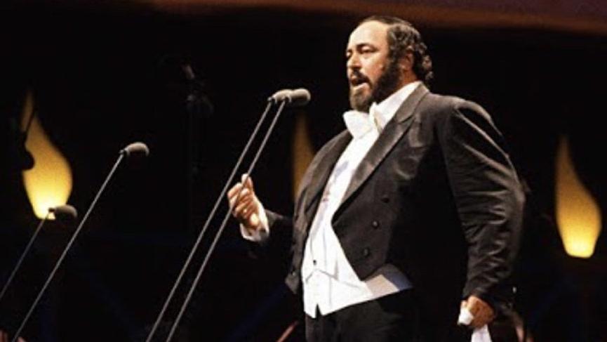 Hadi ipucu sorusu belli oldu! Pavarotti'nin elinde tuttuğu aksesuar ne? Pavarotti kimdir?