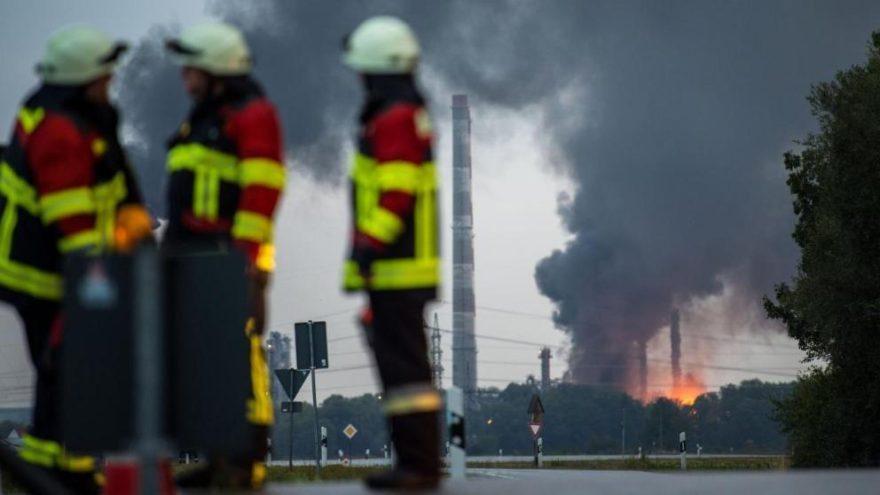 Petrol rafinerisinde patlama… Yüzlerce kişi tahliye edildi