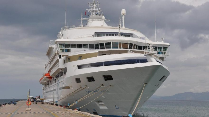 Fırtına uyarılarına rağmen 150 yolcusuyla Kuşadası'na geldi
