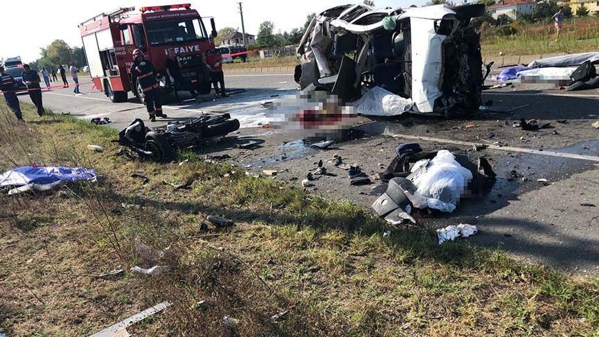Sakarya'da bir otomobil motosikletli gruba daldı: 7 ölü, 2 yaralı
