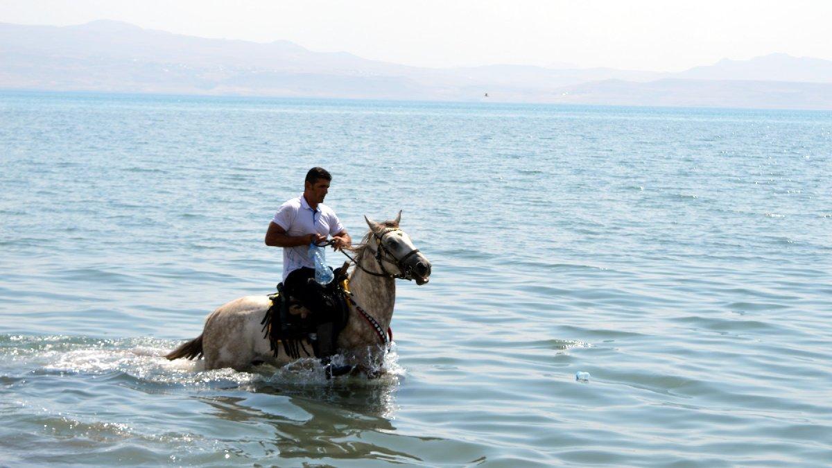 Van Gölü'ne atıyla girip, çöp topladı