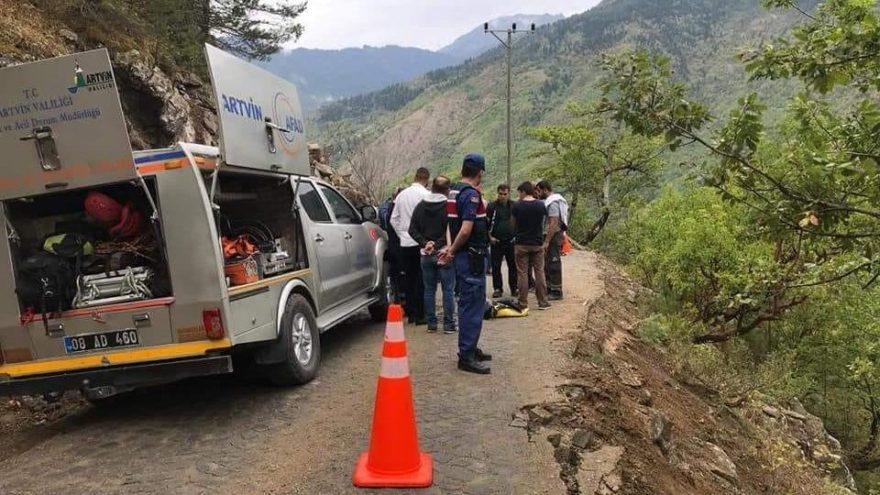 Artvin'de kamyon şarampole yuvarlandı: 1 ölü
