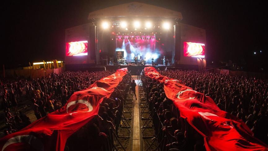 Zeytinli Rock Festivali'nde 30 metrelik Türk Bayrağı!