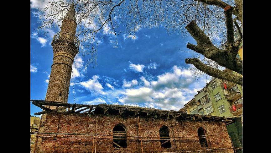 Önce restorasyon başlattılar sonra tarihi camiyi yıktılar