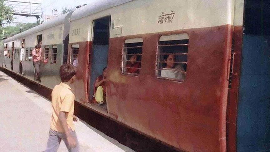 Hindistan'da 5 ayda 406 kişi trenden düşerek öldü