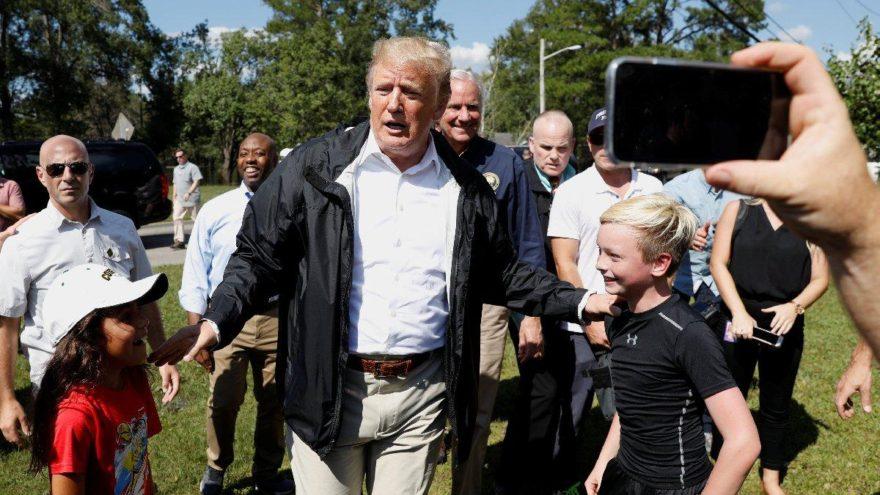 Felaket bölgesine giden Trump'tan gaf: En azından tekneniz olmuş