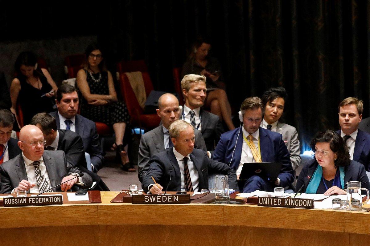 Rusya'nın (en soldaki) ve İngiltere'nin (en sağdaki) BM Daimi Temsilcileri arasında yaşanan gerilime ABD de dahil oldu.