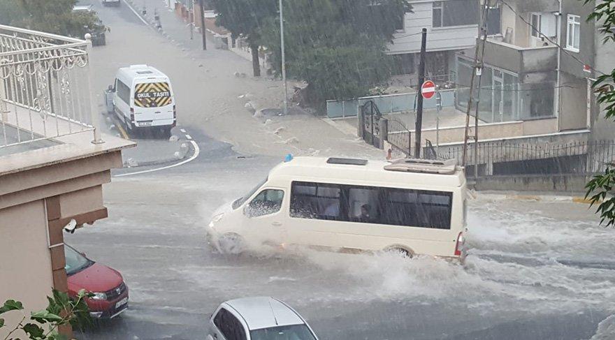 Yağış nedeniyle yollar göle döndü araçlar ilerlemekte güçlük çekti. Foto İHA