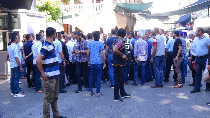 FOTO: DHA - İYİ Parti Malatya İl Başkanı Gökmen Kenan Özdal, Asayiş Şube önünde 30-40 kişilik bir grup tarafından yanındaki partililerle birlikte tartaklandı