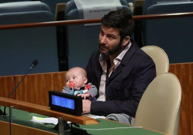 Antern konuşma yaptığı sırada bebekle babası ilgilendi.