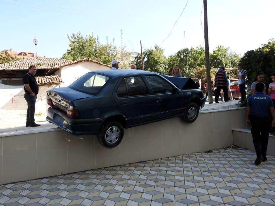 Bİr araç duvardan düşmek üzereyken durdu. Foto: DHA