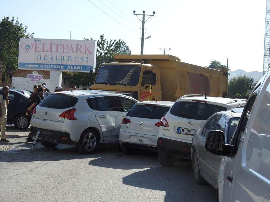 Kontrolden çıkan kamyon park halindeki araçları önüne katıp sürükledi. Foto DHA
