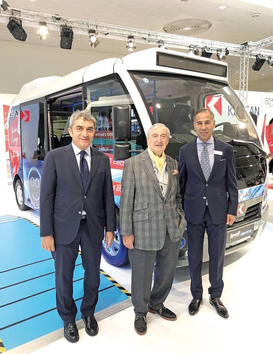Karsan standını ziyaret eden Rahmi M. Koç, Karsan CEO'su Okan Baş ve Karsan Ticari İşler Genel Müdür Yardımcısı Muzaffer Arpacıoğlu ile elektrikli Jest'i inceledi.