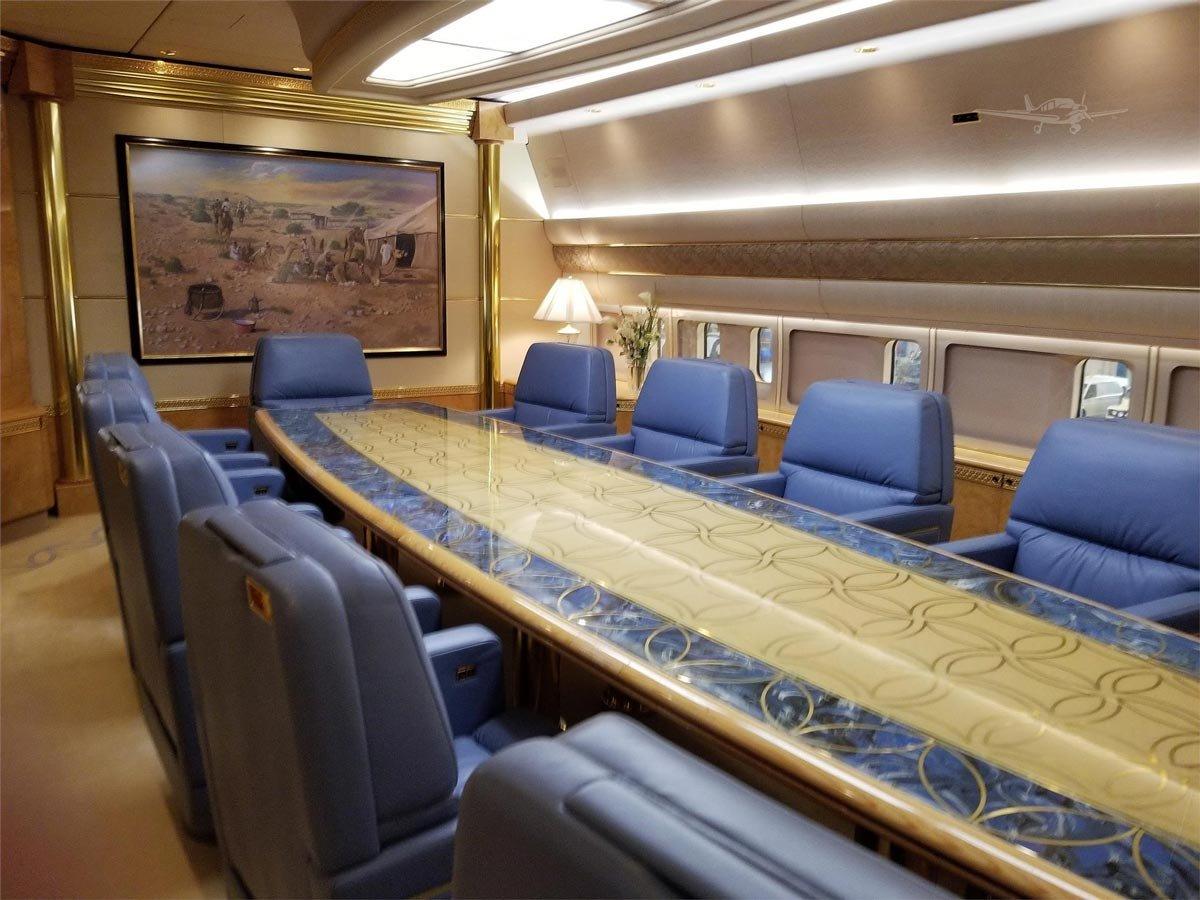 0ea43fa2d7ce9 VP-BAT tescil numarasına sahip olan uçak 89 koltuğa sahip ve içerisinde  toplantı salonunun yanında bir de revir bulunuyor.