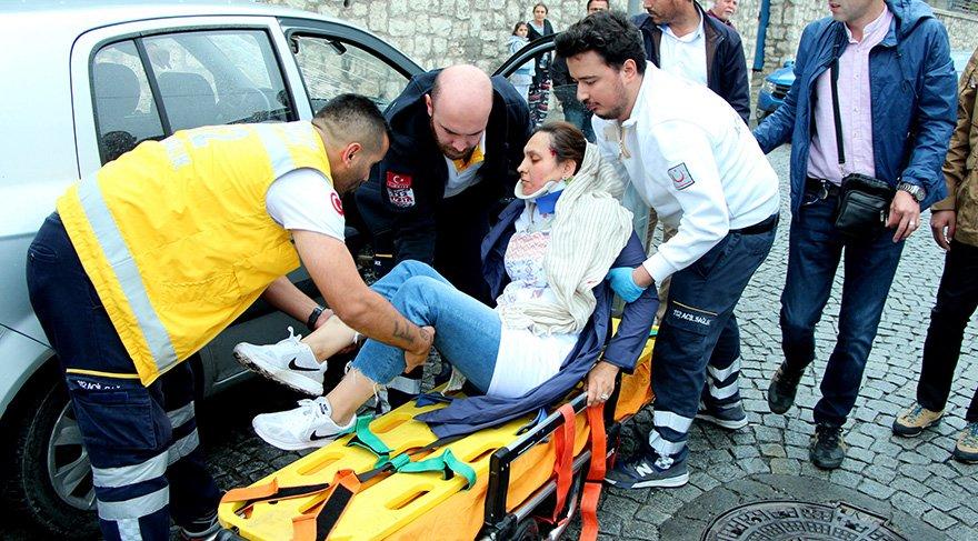Kazada yaralan yolcu ambulansla hastaneye götürüldü. Foto: DHA