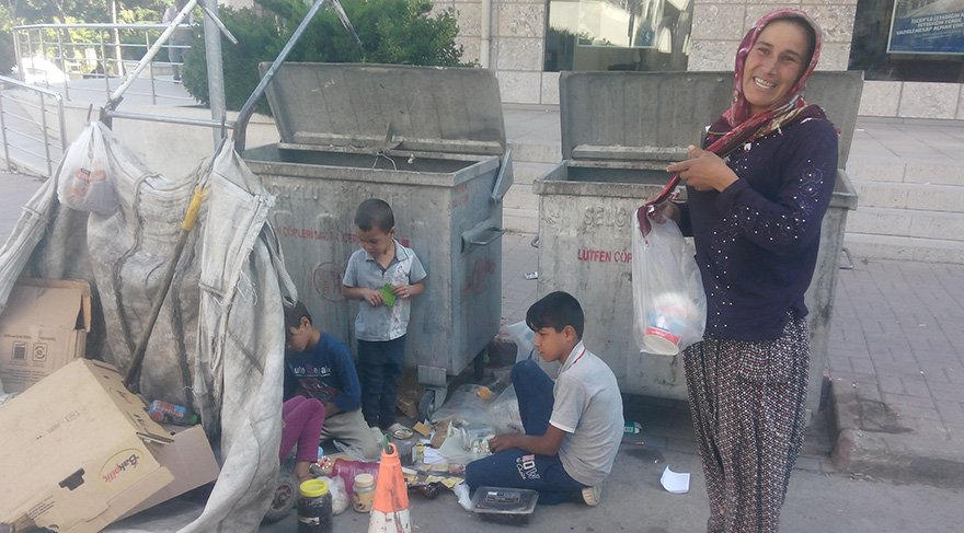 Kağıt toplayarak geçinen aile çöpten topladıklarıyla karınlarını doyuruyor. Foto: Sözcü