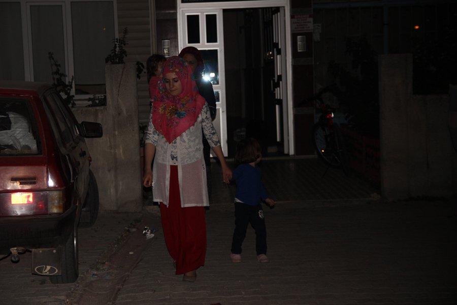 FOTO:İHA/ Vatandaşlar binayı gece yarısı boşalttı.