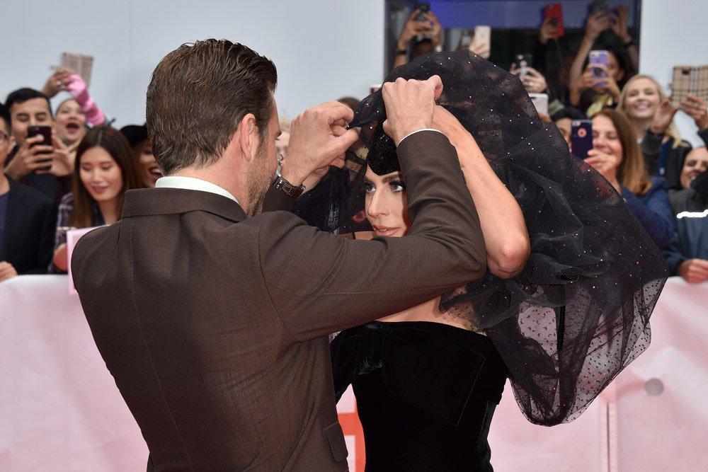 Bradley Cooper, basının karşısına geldiklerinde, Gaga'nın ricasıyla, duvak benzeri tülü açtı...