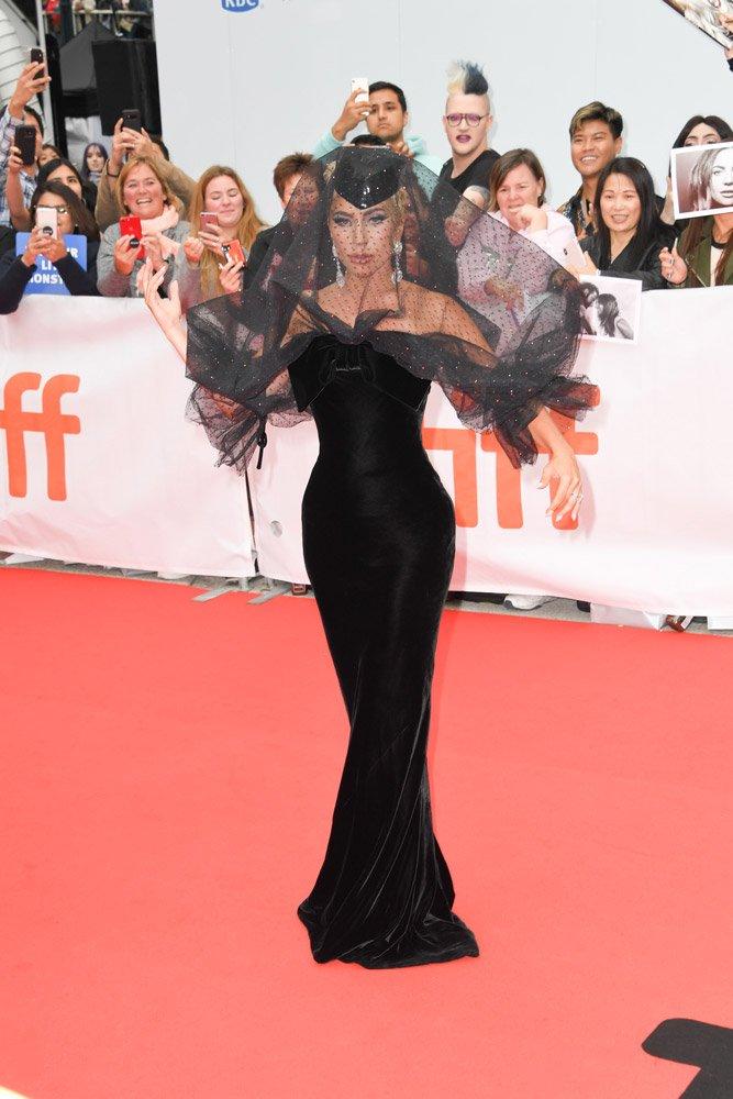 Lady Gaga kırmızı halıya duvak benzeri bir tülle giriş yaptı.
