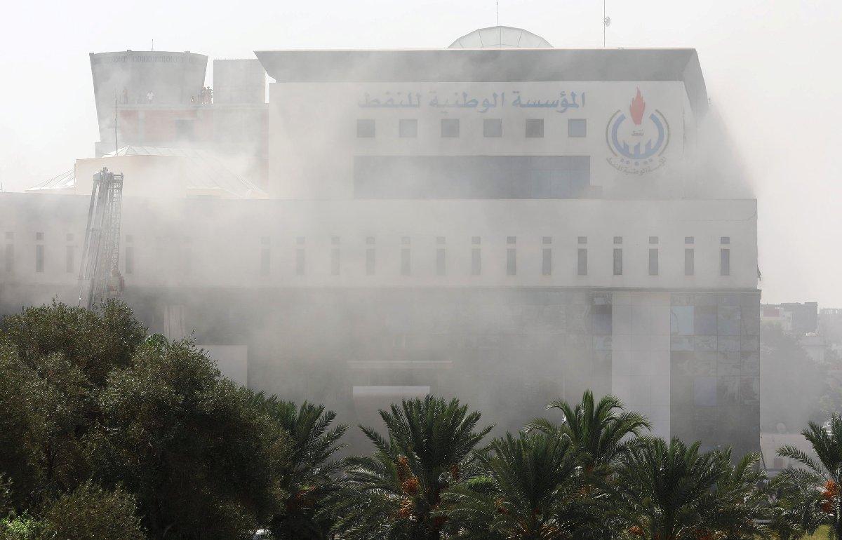 Binadan dumanlar yükselirken, Reuters haber ajansının servis ettiği fotoğraflarda çalışanların çatıya kaçtığı görülüyor.