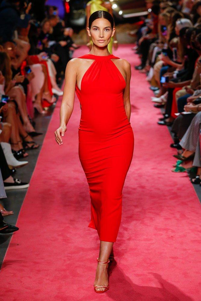 Lily Aldridge 5 aylık hamile olduğunu Brandon Maxwell defilesinde duyurdu.