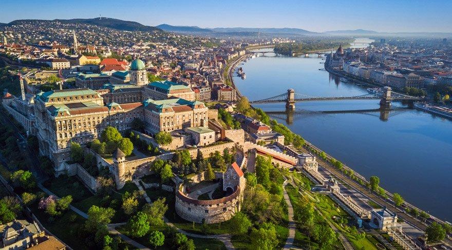Budapeşte, Macaristan - Tuna Nehri, Matthias Kilisesi ve Macaristan Parlamentosu üzerinde Szechenyi Zinciri Köprüsü ile gün batımında Buda Kalesi Kraliyet Sarayı ve Güney Rondella'nın güzel hava silüeti manzarası
