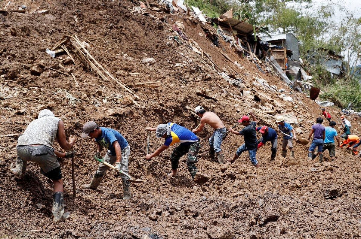 Toprak altında kalan köylere müdahalede bulunuldu.