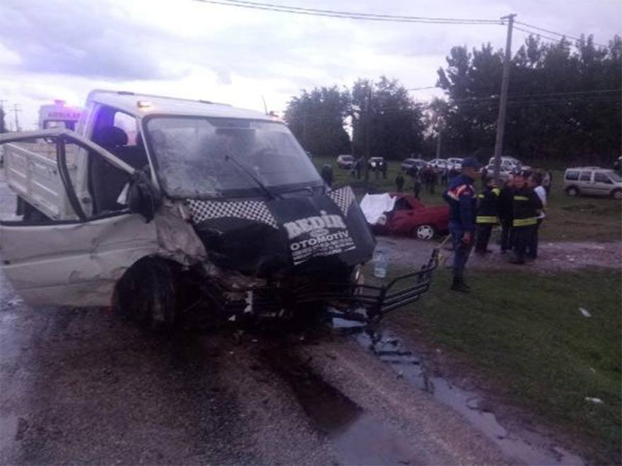 FOTO: DHA -Kamyonet ile otomobil çarpıştı: Ölü ve yaralılar var