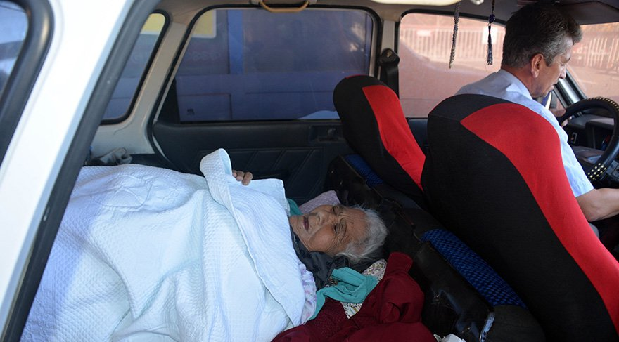 Annesini bagajda taşıdı. Foto: DHA