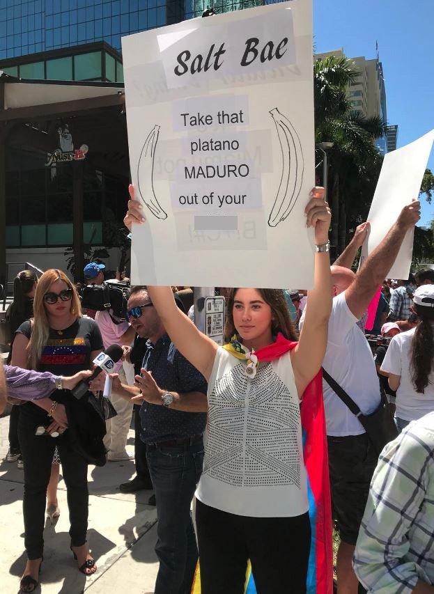 Bazı göstericiler küfürlü pankartlarla görüntülendi.