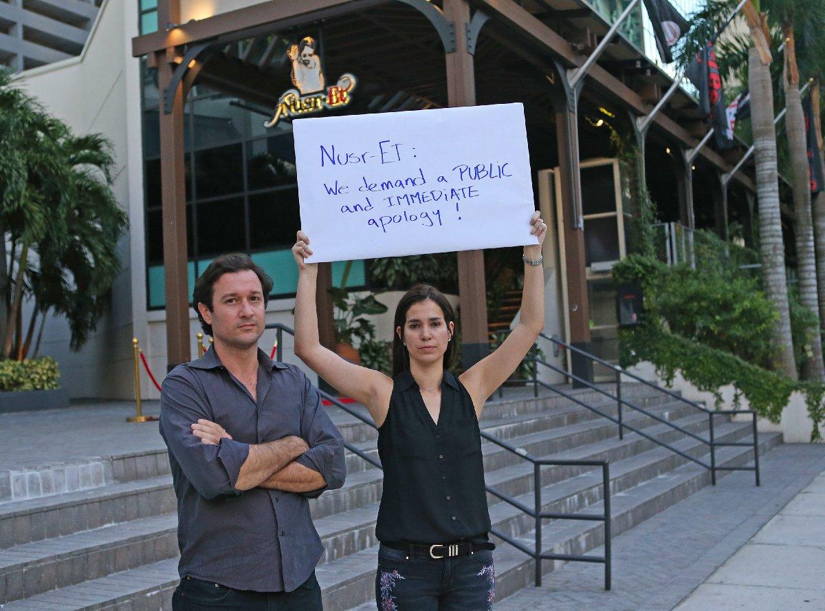 Nusret Gökçe'nin Miami'deki lokantası önünde iki kişiyle başlayan protesto kısa sürede kalabalıklaştı.