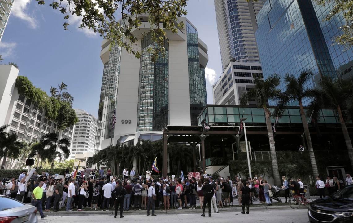 Çok sayıda Miamili ve New Yorklu Nusr-et'in şubeleri önünde toplandı.