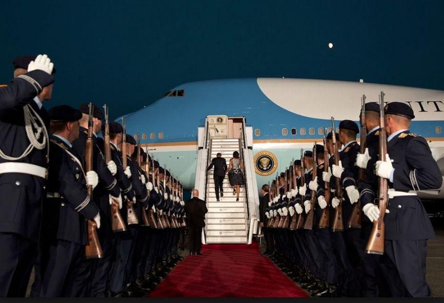 Obama ve First Lady, Berlin teması sonrasında uğurlanırken bu fotoğraf çekilmişti. Fotoğrafta aynı Erdoğan'ı karşılayan askerler sıralanmış ve aynı merdiven yerleştirilmişti.