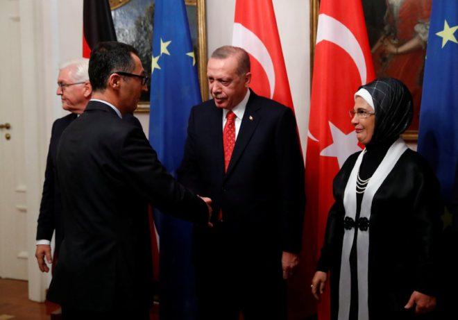 Özdemir ve Erdoğan'ın tokalaştığı an.