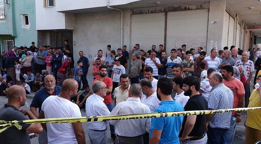 Mersin'in merkez Akdeniz ilçesinde bir evde 5 kişi ölü bulundu. Polis ekipleri evde inceleme yaparken, çevrede de geniş çaplı güvenlik önlemi alındı. FOTO:İHA