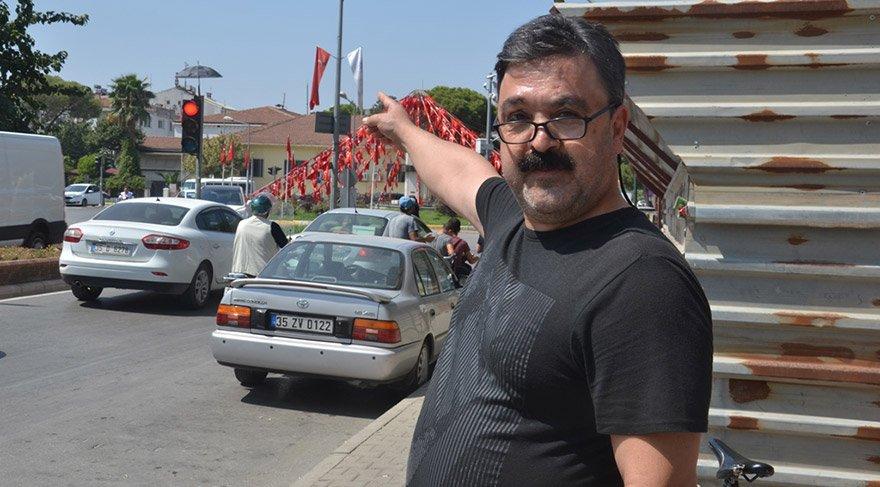 İzmir'in Ödemiş ilçesinde bir hayvansever trafik ışıklarının olduğu direğin tepesine yuva yapan kumruyu aşırı sıcaklardan korumak için direğe şemsiye monte etti. İlçede veteriner hekimlik yapan Hakan Erdoğan, kumruyu uzun süredir takip ettiğini, 1,5 ay önce beslemesi için sahipsiz iki yavru kumruyu yuvaya bıraktıklarını söyledi. FOTO:AA