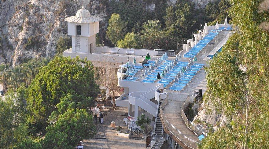 Aydın'ın Kuşadası ilçesi Bayraklıdede Mahallesi'ndeki 4 yıldızlı Alkoçlar Adakule Otel'deki icra işlemi nedeniyle yaklaşık 700 yerli ve yabancı turist çevredeki otellere yerleştirildi. FOTO:AA