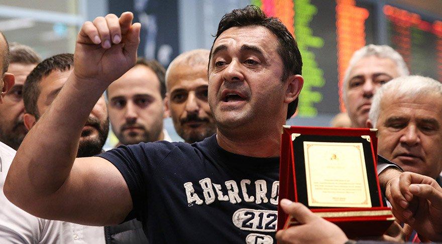 Geçen yıl mayıs ayında Türkiye'nin Washington Büyükelçiliği rezidansı önünde terör örgütü PYD/PKK yandaşlarıyla yaşanan olayların ardından tutuklu yargılanarak, 11 ay kaldığı cezaevinden geçen nisanda denetimli serbestlikle tahliye edilen Sinan Narin, Türkiye'ye geldi. Narin, Atatürk Havalimanı'nda basın mensuplarına açıklama yaptı. FOTO:AA