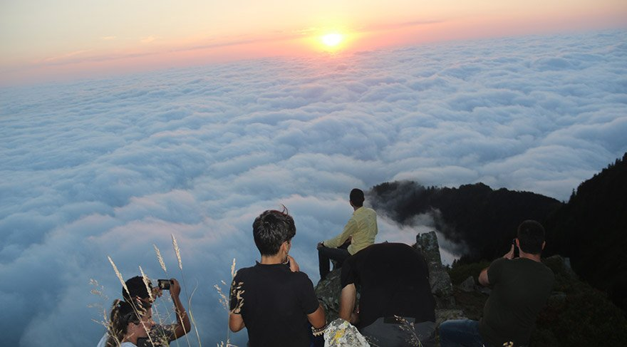 Rize'nin Çamlıhemşin ilçesi sınırları içerisinde bulunan Kaçkar Dağlarını kaplayan sis bulutu, güzel manzaralar oluşturuyor. Özellikle Huser Yaylası'nın bilinirliği kurulan salıncak nedeniyle sosyal medya aracılığı ile artınca yayla son dönemde fotoğraf tutkunlarının uğrak yeri oluyor. FOTOĞRAFLAR:AA