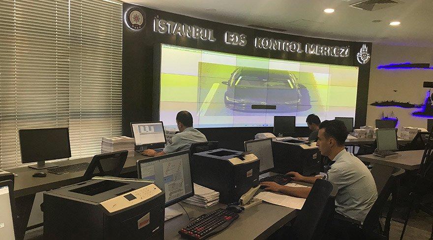 İstanbul Büyükşehir Belediyesi'nce (İBB) kurulan ve İstanbul Emniyet Müdürlüğü'nce kullanılan Elektronik Denetleme Sistemi (EDS) çerçevesinde, kamerayla tespit edilen ihlallere ilişkin kesilen trafik cezalarının kapsamı genişletildi. 455'i EDS, 763'u Trafik İzleme ve 191'i Plaka Tanıma Sistemi olmak üzere bin 409 kameradan kural ihlali yapıldığı tespit edilen sürücülere ceza kesiliyor. FOTO:AA