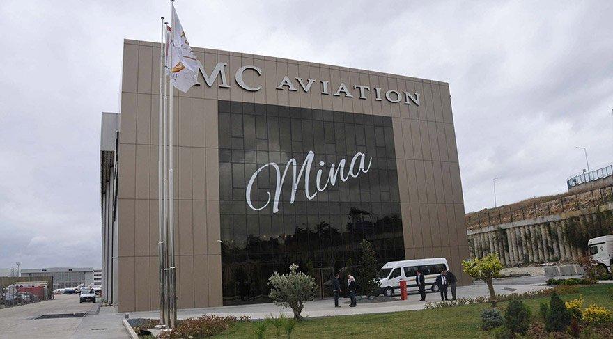 """Hüseyin Başaran, Atatürk Havalimanı Genel Havacılık Terminali'nde bulunan, ön cephesinde kızının adını taşıyan """"Mina"""" yazısı bulunan MC Havacılık Hangarı'nda basın mensuplarına açıklamalarda bulundu. FOTO:AA"""