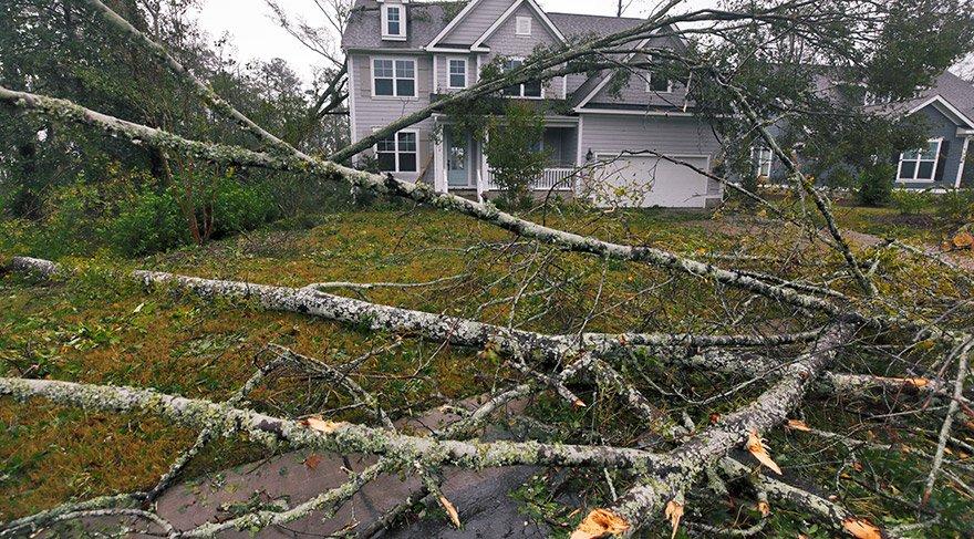 ABD'nin günlerdir tedirginlikle beklediği Florence kasırgası Kuzey Carolina'ya ulaştı. Kasırganın doğrudan vurması beklenen ABD'nin doğu yakasındaki Güney Carolina, Kuzey Carolina ve Virginia eyaletlerinde 1,7 milyon kişi için tahliye emri verilmişti. Bazı bölge sakinleri evlerinin çevresinde oluşan hasarı inceledi. FOTO:REUTERS