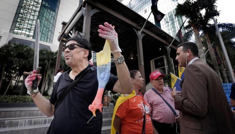 Bazı Venezuelalılar, Nusret gibi giyinerek protestoya katıldı.