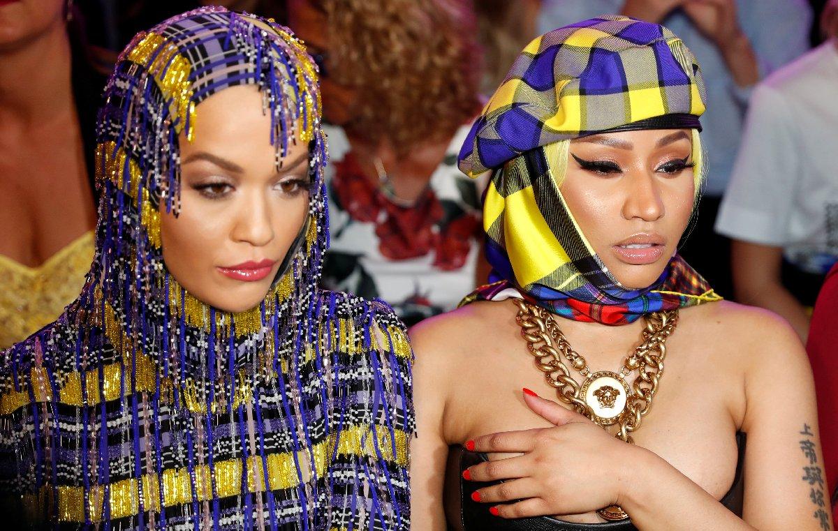 Rita Ora ve Nicki Minaj kıyafetleriyle Versace'den adeta rol çaldı... Minaj sık sık eliyle göğsünü kapatarak zor anlar yaşadı.