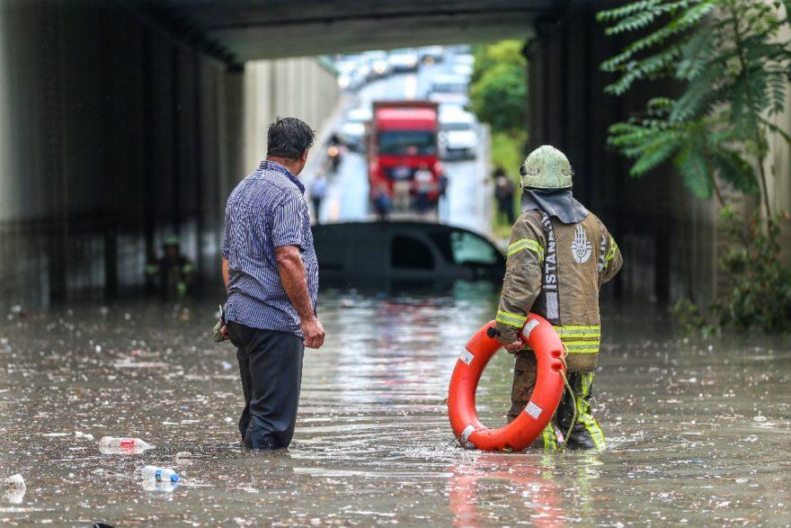 Belediye ve itfaiye ekipleri alt geçitte mahsur kalanları kurtardı. AA