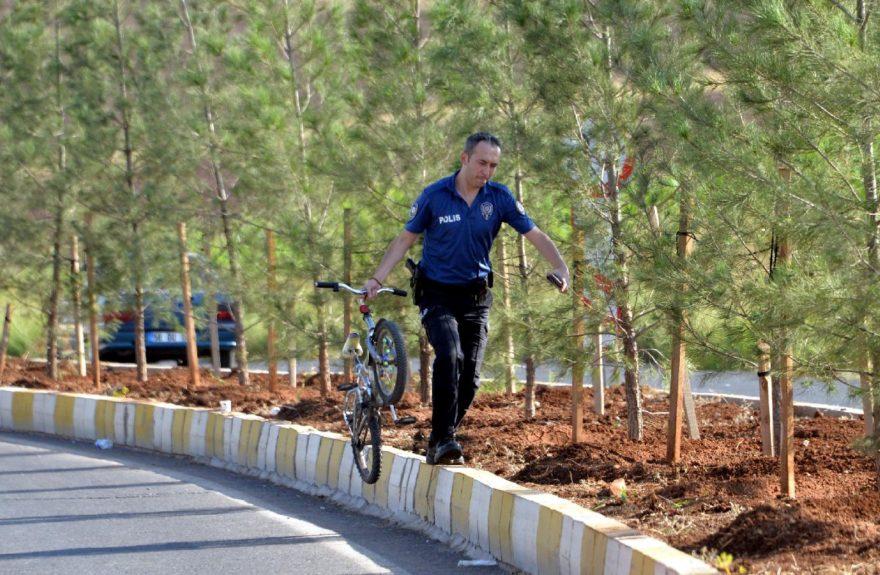 Bisikletleriyle TIR'ın arkasına takılan çocuklar feci şekilde can verdi. DHA