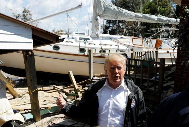 Trump evlerine tekne giren çifti de ziyaret etti.