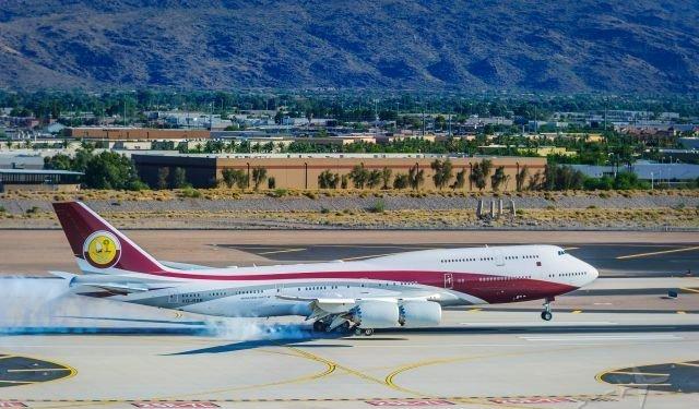 Katar'dan satın alındığı iddia edilen uçak iniş yaparken.